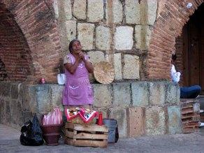 Oaxaca - Oaxaca - Los Arquitos de Xochimilco - vendeuse de tamales