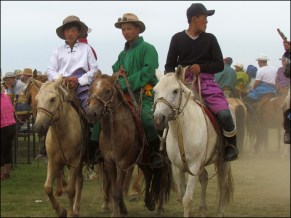 Sur la route, festival du Nadaam de village 'la lutte', les locaux