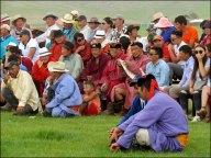Sur la route, festival du Nadaam de village 'la lutte', spectateurs