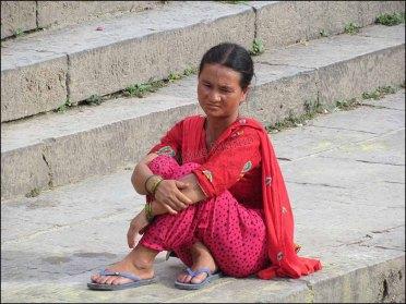 Katmandou - Temple de Pashupatinath, femme pensive