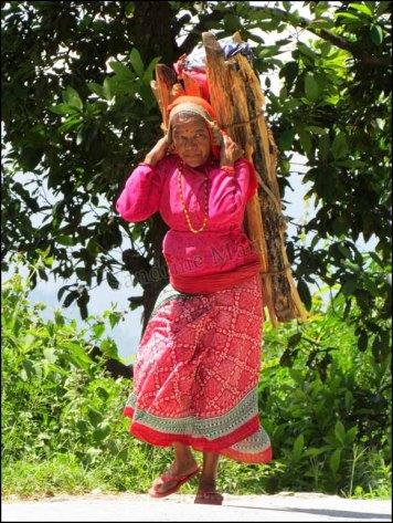 Sur le chemin de Sangarkot, les charges portées par les femmes