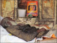 Dehradun - Au hasard des rues, Vieux temple, monsieur qui dort