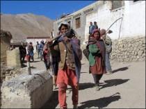 Himalaya - Vallée de Spiti - Kibber - Villageois allant au travail