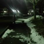 冬の凍りついた道路の深夜の帰宅ランは滑りやすいので注意