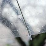 雨の中、傘を差しなら帰宅ランニングをする。