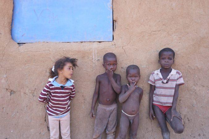 壁に寄りかかった子供達