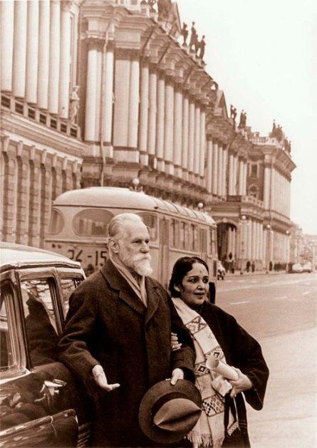 Святослав Николаевич Рерих и Девика Рани около Государственного Эрмитажа. Ленинград, Набережная Невы, январь 1975