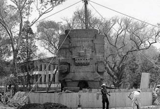 Imagen 8. Escultura de Tlaloc o Chalchiuhtlicue, siendo colocada afuera del Museo Nacional de Antropologia