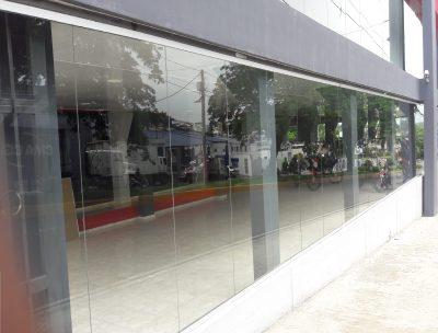 Muro de cortina en vidrio y aluminio