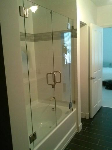 Mampara de baño clear con puerta abisagrada doble