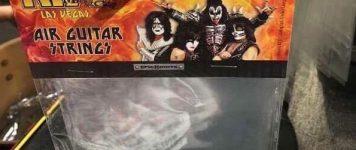 Viimeisin Kiss-menestystuote? Ilmakitaran kielet.
