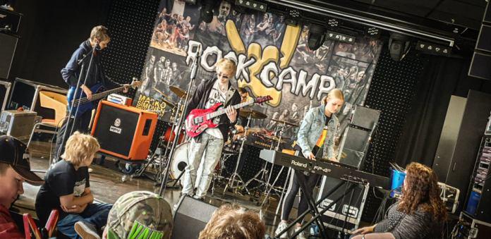 Rockcampin nuoria lavalla jammailemassa. Kuva: Pete Alander