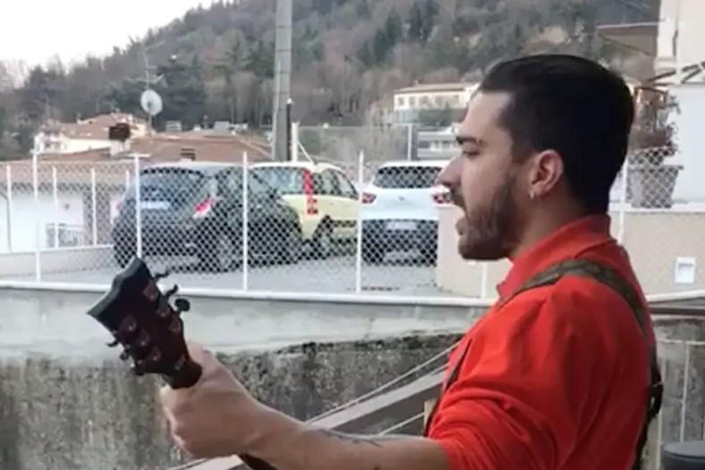 Quarantined Italian Slayer Fan - Watch Quarantined Man in Italy Playing SLAYER's 'Raining Blood' From Balcony