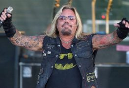 vince neil 1 696x435 1 - MÖTLEY CRÜE's Vince Neil Gets Emotional About His Mom Who Died From Cancer