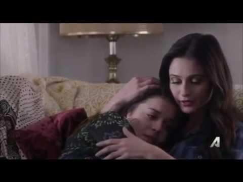 Nina console Izzy de sa relation de trouple dysfonctionnelle.