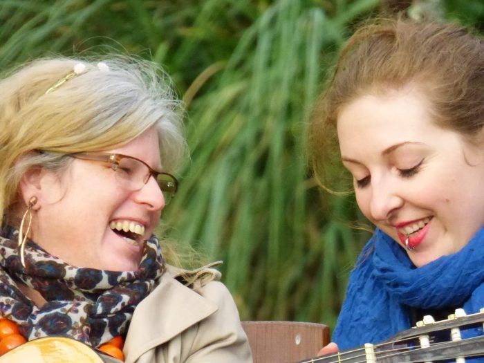 Joe et Marcie rient alors que Marcie joue de la guitare.
