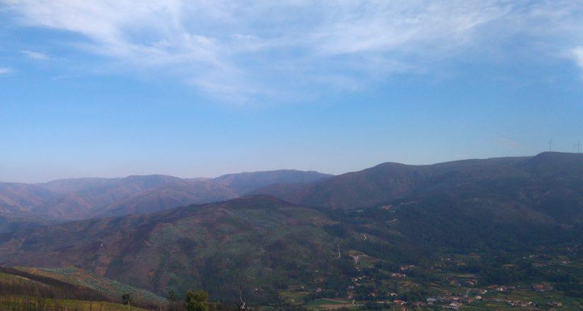 Paisaje montañoso: una sierra, cielo azul y nubes