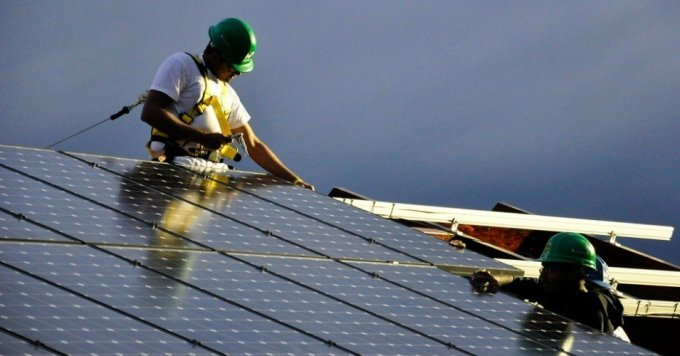 Workers install a solar PV power system. (Photo: Team Massachusetts 4D Home/flickr/cc)