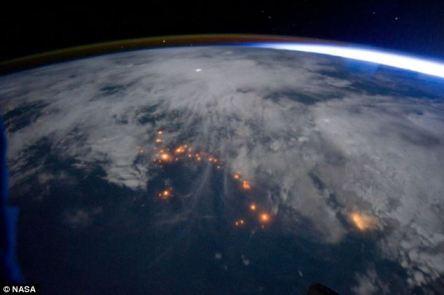 En el Reino Unido sufrió tormentas de verano, así es como se ve un rayo desde el espacio. Las imágenes, tomadas por la NASA, demuestran el poder de la naturaleza vista como destellos de blanco sobre la superficie de la Tierra