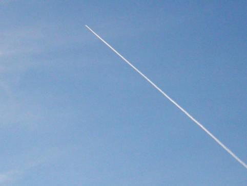 Estela de condensación dejada por un avión