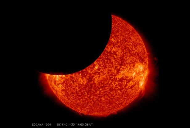 Animación del eclipse del Sol captado hoy por la NASA desde el espacio