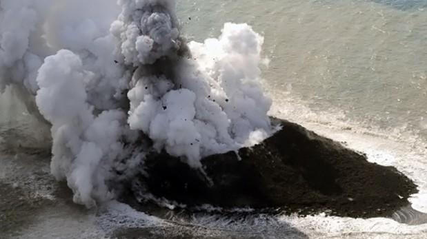 Isla volcánica de Japón sigue creciendo. Ya supera 30 veces su tamaño desde noviembre