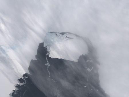 Momento del desprendimiento del Glaciar de Pine Island en noviembre pasado dando origen al iceberg bautizado como B31, el mismo que ahora deriva en el Antártico. Foto: Reuters