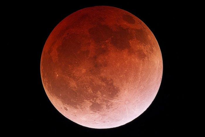 La Luna Llena, un eclipse y el paso de un cometa robarán las miradas al cielo el próximo viernes