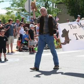Sir Toby Belch, aka Don Nelson, publisher of the Methow Valley News, tips his hat to spectators as he and fellow cast members from Twelfth Night carry a banner promoting the upcoming production at the Merc Playhouse.  Photo by Darla Hussey