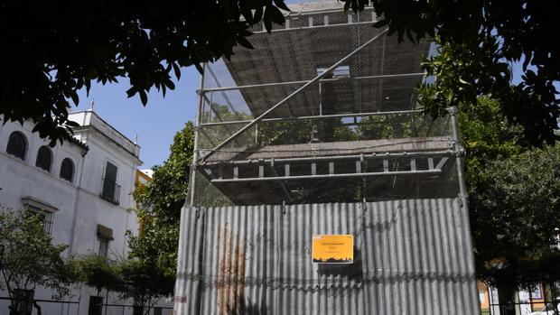 Comienza la restauración de la Cruz de la Cerrajería del barrio de Santa Cruz de Sevilla