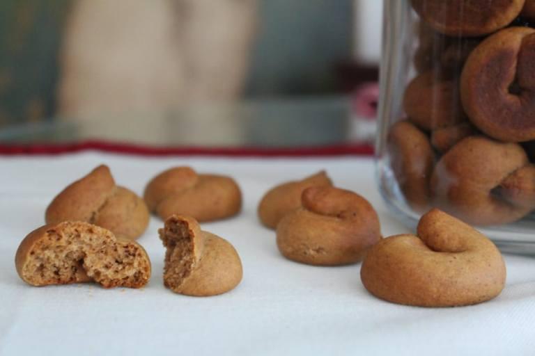 Read more about the article Μουστοκούλουρα με πετιμέζι, μέλι και εξαιρετικό παρθένο ελαιόλαδο, γράφει η Γιάννα.