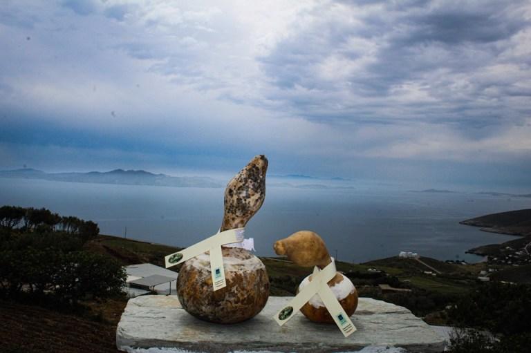 Καρίκι, Μαλαθούνι και Πέτρωμα, τα τηνιακά τυριά της Αγγέλας Ρουγγέρη.