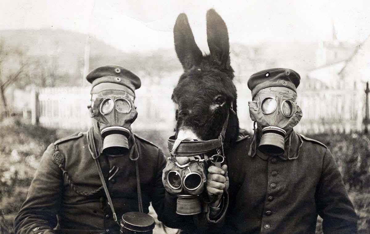 جنديان ألمانيان يرتديان أقنعة للحماية من الأسلحة الكيميائية في الحرب العالمية الأولى، 1916