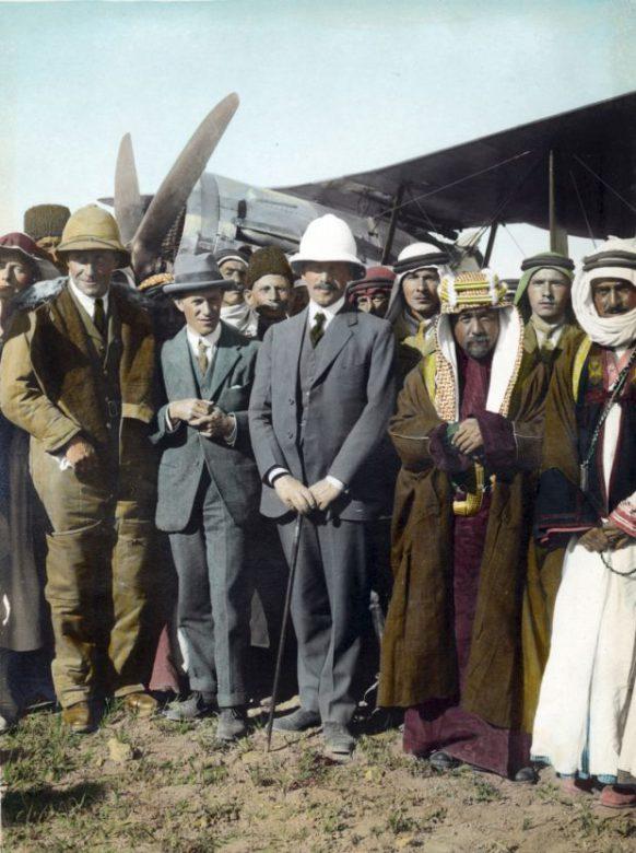 هربرت صموئيل، المفوض السامي البريطاني في فلسطين (وسط)، مع الأمير عبد الله وتوماس إدوارد لورانس في عمّان، الأردن، أبريل/ نيسان 1921 (Getty Images).