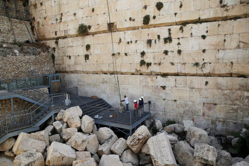 سقوط حجر من حائط البراق