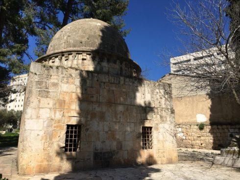القبة الكبكية، ضريح الأمير علاء أيدوغدي الكبكي والي صفد وحلب، توفي عام 688هـ - 1289م