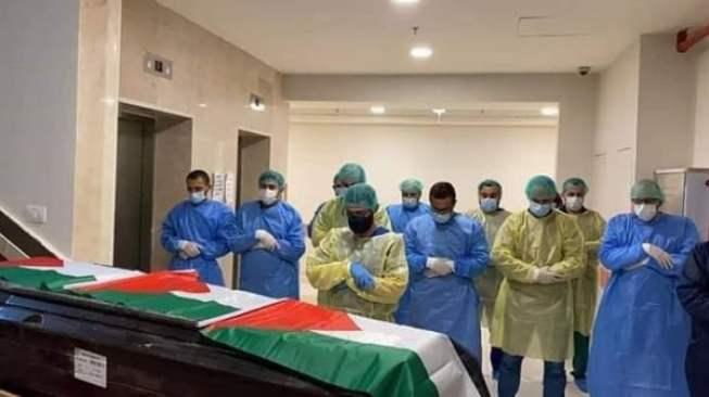 """الأطباء في مستشفى """"هوغو تشافيز"""" يؤدون صلاة الجنازة على الفقيد المدلل. المصدر: شبكة الإنترنت."""