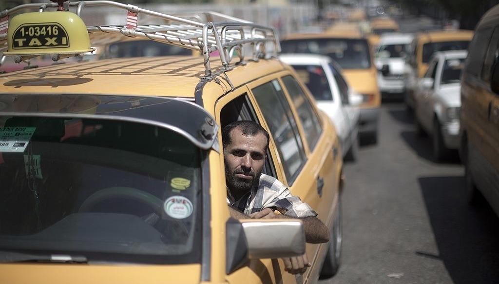 """شوفيريّة غزّة: """"نصارع الأسفلت.. فتربح الحكومة"""""""