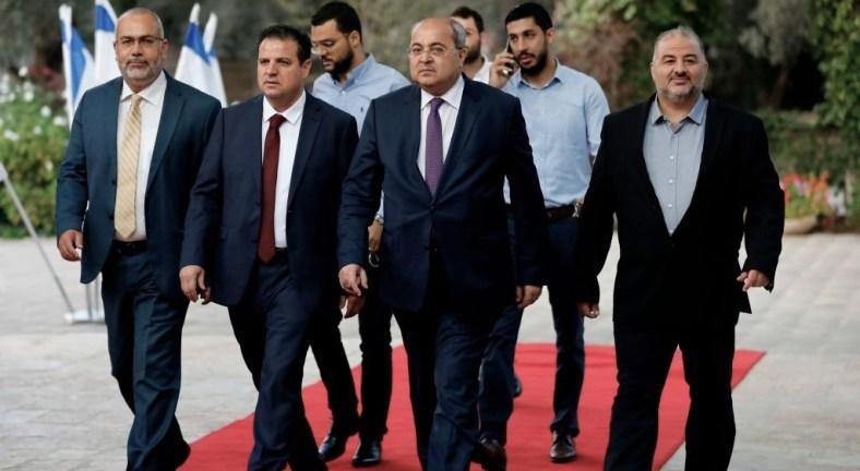 أسامة السعدي، أيمن عودة، أحمد الطيبي، ومنصور عباس، أعضاء القائمة المشتركة (في حينه) يصلون إلى مقر الرئيس الإسرائيلي لتقديم توصيتهم ببني غانتس، بعد انتخابات سبتمبر 2019. (ِAPA).