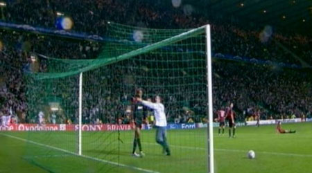 A Celtic fan 'clashes' with Dida