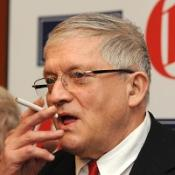 Artist David Hockney says he loathes the Labour government for introducing the smoking ban