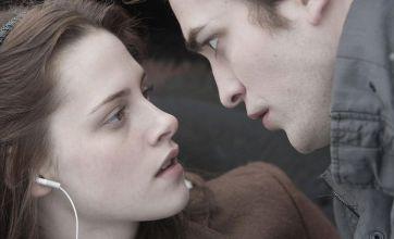 Robert Pattinson gets a visit from Kristen Stewart on movie set