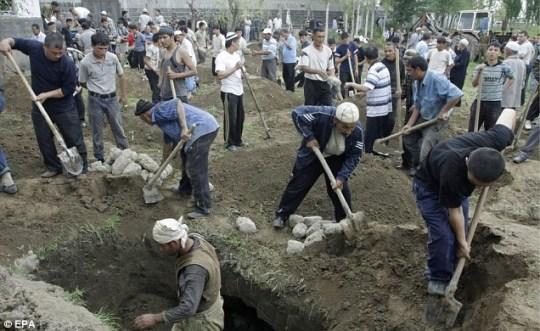 Uzbek men prepare the graves