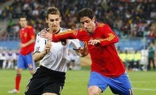 Joan Capdevila and Miroslav Klose battle for the ball (Allstar)