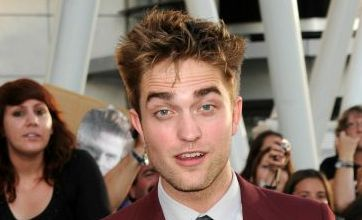 Robert Pattinson puckers up to Reese Witherspoon in Water for Elephants