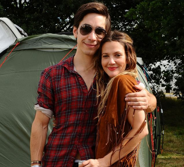 Drew Barrymore and Justin Long get cosy backstage at V Festival (Photo: PA)