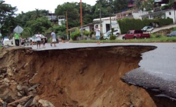 1,000 may be buried as Mexico landslide swamps town
