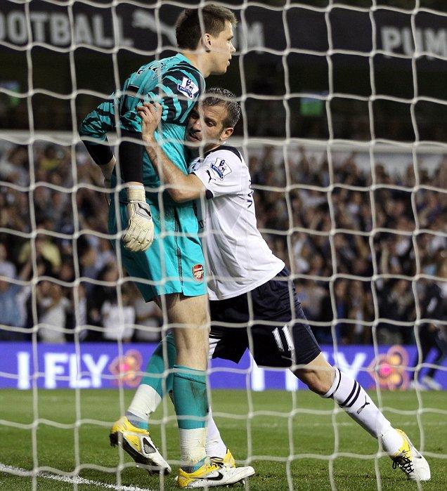 Arsenal goalkeeper Wojciech Szczesny and Spurs midfielder Rafael van der Vaart (AFP/Getty)