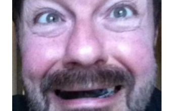Ricky Gervais tweets photo telling everyone he's not at Oscars 2012