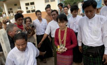 Aung San Suu Kyi 'claims landslide victory' in historic Burma election
